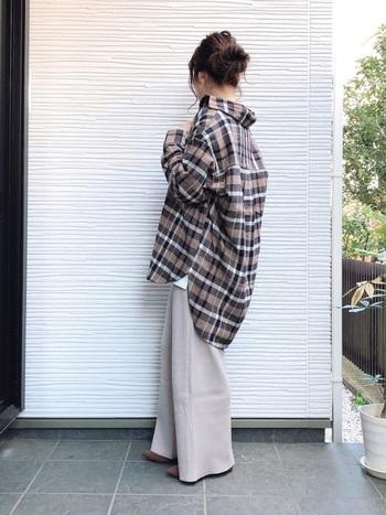 ワイドパンツでもスキニーでも、ロングスカートでもなんでも合わせられるのが大きめシルエットのシャツの魅力。シャツのウエストをベルトで絞ったり、裾をウエストインしてシルエットを変えられます。