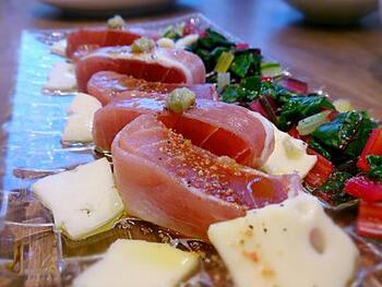 まぐろを生ハムで巻いたレシピ。生ハムの塩味と旨味が昆布締めのようにまぐろを美味しくしてくれます。おつまみにどうぞ。