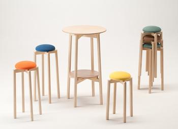 株式会社匠工芸は旭川の家具メーカーです。まさに「匠」の職人が生み出すデザイン性の高いテーブルやイスは、様々な場所で存在感を発揮しています。  MUSHROOM stool(マッシュルームスツール)も職人自慢の1つで、すらりとした脚と可愛らしい色合いがポップなスツールです。