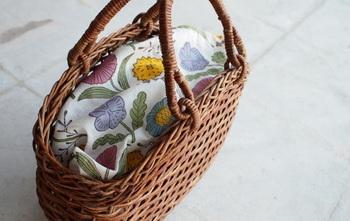 「あけび蔓細工」の中でも妻胴張ホラ編みの技術を使って作られたあけびのかごバッグは、青森県弘前市にある宮本工芸にて作られています。  底が平らになっているのでバッグ自体自立するため収納のしやすさも◎お弁当や500mlペットボトルを入れても余裕の大きさです。使い込むと更に味が出る伝統技術です。