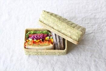 網代編みの弁当かごは、蓋つきの可愛らしい形で、和食はもちろんサンドイッチなど洋食にもよく合います。岩手県の鈴竹の特徴が生かされたしなやか、かつ丈夫なかごなので、お弁当入れ以外にも小物入れなど様々な用途で使うことができます。