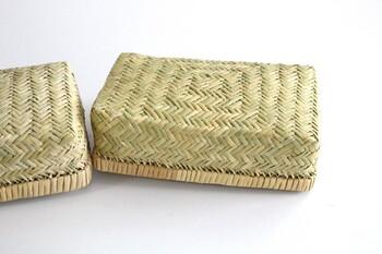 「網代編み」は「あじろあみ」と読む伝統的な編み物技術です。木や草などを交互に餡で行くことで模様が浮かび上がる編み方で、使う素材によっても模様に変化が現れる技術です。  強くしなやかという特徴を持つ岩手県・鳥越地区の鈴竹を使って作られる「網代編み」。竹を編める状態まで丁寧に削ってから編んでいく、かなり手がかかる技術で作られています。