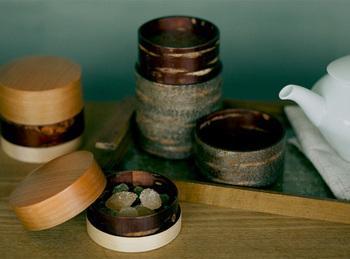 「樺細工」は、桜の樹皮を使った伝統的な木工工芸品です。秋田県北部の阿仁地方から、角館に広まったとされ、秋田の職人の手により現代までその手法は伝えられています。