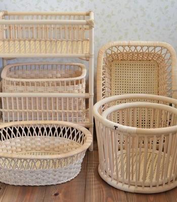 「つる細工」は、福島県の南会津郡只見町に伝わる工芸品です。アケビ・ブドウ・マタタビなど自然に育った「つる」を使い編みこむことで生活用品を作り出す技術は、親から子へと伝わり、実用品をはじめデザイン性の高いインテリアとしても使われています。