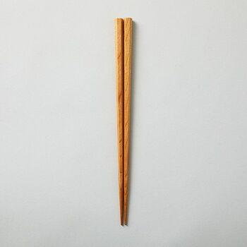歴史や伝統的な風景が今も色濃く残る会津若松に、400年以上も続く「会津塗り」の技術。その歴史の始まりは、名君蒲生氏郷公の時代と言われています。会津地方の代表的な伝統技術として、経済産業大臣指定の伝統的工芸品にも選ばれています。