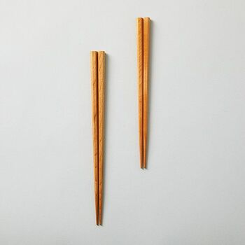 福島県の教育応援企業に認定されている企業でもある三義漆器店は、伝統の「会津塗り漆器」づくりを生かしながら、現代に寄り添う器などを作り続けており、グッドデザイン賞も獲得しています。  持ちやすい形と「会津塗」の美しさが引き立つシンプルな六角箸は、さりげない贈り物にも最適な商品です。