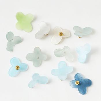 キャンディーや氷菓子のような優しい色合いとやわらかな風合いが魅力の、ガラス作家・八木麻子さんによるガラスのブローチ。