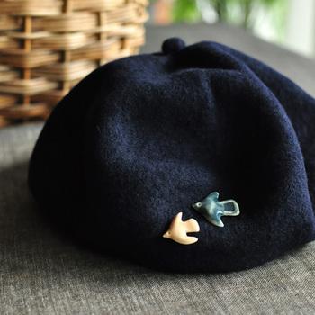 大きさや色の異なる鳥を、バッグや帽子に重ね付けすると楽しいですね。売上の一部が被災地の復興活動に寄付されるというコンセプトにも、作り手の優しさを感じられます。