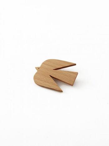 天然の木材からひとつずつハンドメイドで作られた、「tete a tete」のウッドブローチ。大きめサイズだけど、約5mm程度の薄いビーチ材を使用しているからとっても軽い。