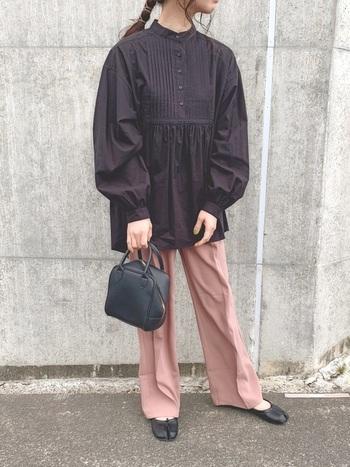 ギャザーたっぷりの上品なシャツは、あえて黒を選んで大人っぽく。カラーパンツが映えるおしゃれなコーディネートです。