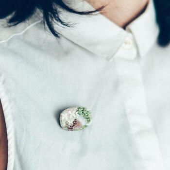 シンプルなアイテムにあわせて身に付けると、ブローチの美しさが際立ちます。コーデに春らしさを運んできてくれるさりげない存在感が魅力。