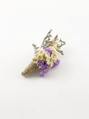 天然のお花をアレンジして小さな花束に仕立てた、ドライフラワーのブローチ。どこかホッとする自然界の恵みをいつでも身に付けられます。