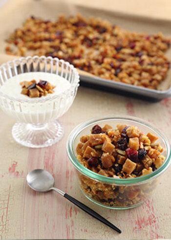 高野豆腐をオーブンで焼き上げれば、グラノーラにもなりますよ!好みのドライフルーツや かぼちゃの種などをまぜて、おやつにつくってみてはいかがでしょう。