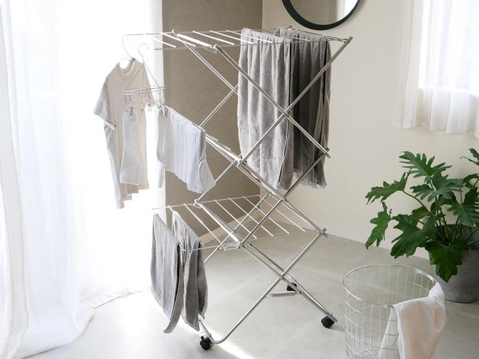 ステンレス製の室内物干は大容量で頼りになる。キャスターも付いているから、干した後のちょっとした移動も楽々できそうです。