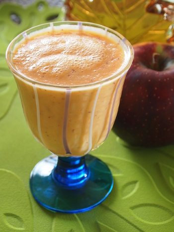飲みごたえのある健康志向ジュース。人参は栄養価を上げるためにしっかりと煮てから、皮付きリンゴとヨーグルトと一緒にブレンダーで混ぜ合わせるだけの簡単レシピです。