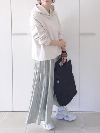 サテン生地のプリーツスカートは、落ち感がきれいなシルエット。ロング丈なので、春ニットやシャツとのコーデも相性がよくさまざまな着こなしが楽しめます。