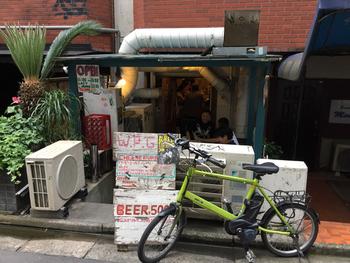 「ウーピーゴールドバーガー」は、遊び心のある店名の人気ハンバーガーショップ。  JR・東京メトロ渋谷駅からも徒歩5分ほどでアクセスの良さも魅力です。