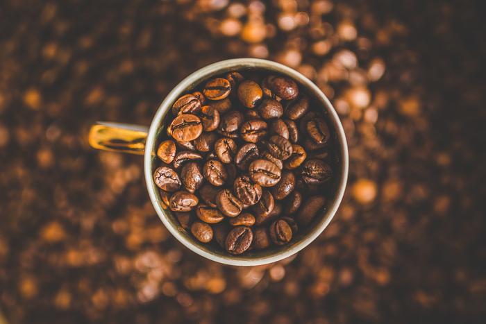 コクというのは、コーヒーの旨味や口に残る余韻のようなものといわれます。深いコクを感じられる代表的な豆は、ジャワコーヒーです。見た目が濃いので強烈な味わいと思われがちですが、酸味が少なくまろやかな味わいで深いコクを感じられます。