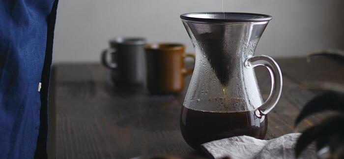 ペーパードリップでは濾紙で味わうことができないコーヒーの油分を味わうことができます。また、金属のフィルターは半永久的に使用でき、ゴミが少なくて済むので環境にもやさしい淹れ方です。コーヒー豆は、中挽きで深煎りのものが合います。