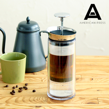 密閉して圧力をかけるアメリカンプレスはより濃厚なコーヒーを抽出できます。抽出時間はフレンチプレスより短く、エアロプレスよりやや長い程度。プランジャーの先にコーヒーを入れる部分がついていて、圧力と金属の超微細なフィルターによって簡単に抽出できます。