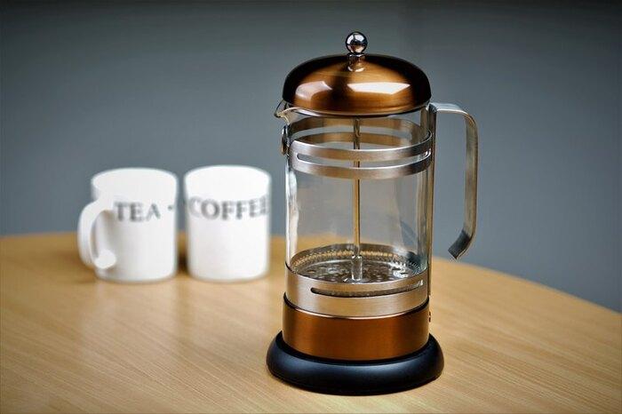 紅茶を淹れる抽出器具としてなじみ深いフレンチプレス。もともとはヨーロッパでコーヒーを淹れるために作られたといわれます。金属製の粗いメッシュで濾すので、コーヒーの油分や小さな粒子なども入ってしまうので少し濁った出来上がりです。その油分こそが香りや風味の元となるので、スペシャルティコーヒーを淹れる手法としても代表的。コーヒー豆の特性がそのまま抽出されます。