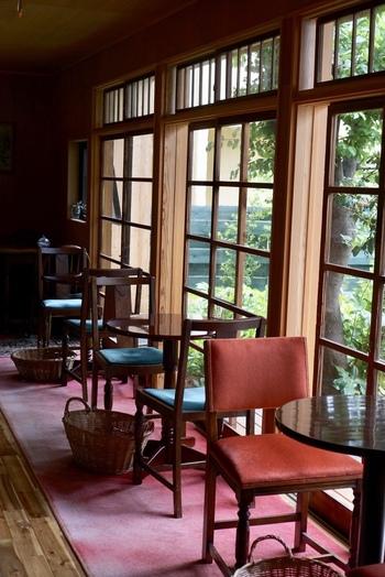 かつての建物の趣を留めており、レトロな赤い絨毯など、ノスタルジックな雰囲気でいっぱい。木枠の窓から見える庭には、野鳥たちが集まります。  絵本の中のような素敵な空間で、非日常気分を楽しめますよ。