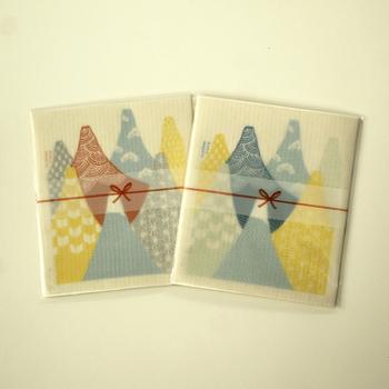 吸水性抜群のスポンジワイプ2枚セット。熨斗風のパッケージに入っていて、挨拶の品にぴったりですね。富士山のデザインは相手を選ばず渡しやすいのもポイントです。