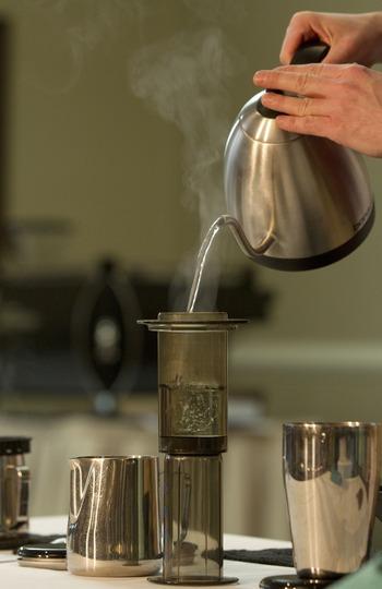 注射器のような形状で、空気の圧力で押し出す淹れ方です。抽出の仕方による味のブレが少なく安定したおいしさで淹れられること、お湯を入れて1分ほどで出来上がる簡単さに人気があります。