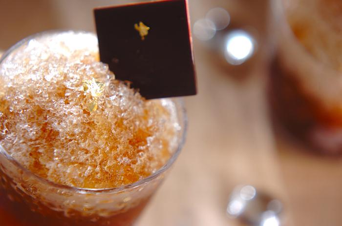 アルコール×かき氷という斬新な取り合わせの大人のデザートドリンク。ウォッカとコーヒーリキュールで作られていますが、ブランデーやラム酒に代えても合います。混ぜるフルーツもお好みのものに代えてアレンジの幅が広がりそうですね。