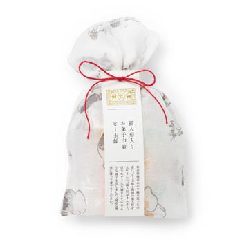 ふきんに使われる蚊帳織の生地でできた巾着に飴玉とネコの置物が入ったかわいらしいギフト。ビー玉デザインのまるい飴は10粒と多すぎないので、挨拶品としても渡しやすそうです。ネコがプリントされた巾着も魅力。