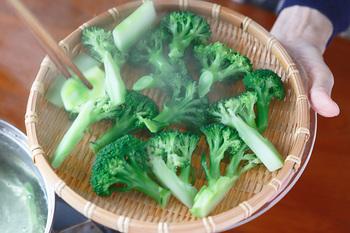茹で上ったブロッコリーは水にはつけずに、ざるに上げて水気を切り、常温で冷ますようにすると、水っぽくならずに美味しくいただけます。