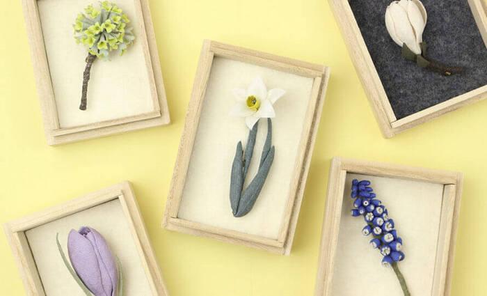 まるで植物図鑑から取り出したような、アクセサリー作家・村上伊万里さんによる草花のコサージュ。ひとつひとつ緻密に手作りされたブローチは、胸元やバッグに飾ると本物の草花をあしらっているような雰囲気に。
