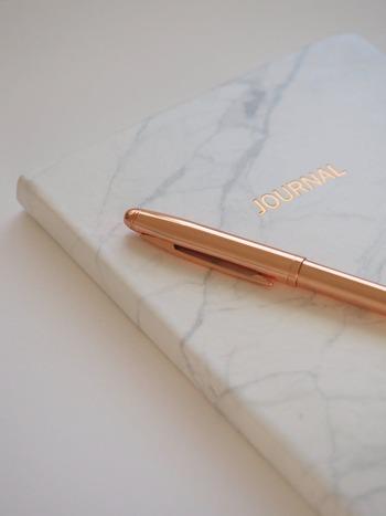 海外のブランドであれば、華奢でおしゃれなデザインが特徴の「CROSS(クロス)」や、幅広い世代に人気の「PARKER(パーカー)」、「MONTBLANC(モンブラン)」などが定番です。書きやすさに定評のある「Pelikan(ペリカン)」や、ジュエリーで有名な「Tiffany(ティファニー)」も女性へのプレゼントにおすすめです。