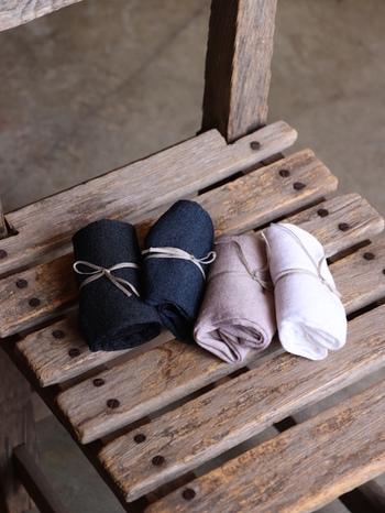 厳選された天然素材を使い、身につけて気持ちがいいと感じさせる衣服を提案する「TOUJOURS(トゥジュー)」。こちらの靴下はさらりとしたリネン素材を採用。締め付けがないデザイン、薄手で軽い質感、淡いナチュラルな色合い...あらゆるディティールに丁寧さが伺えます。日差し穏やかな春によく似合いますよ。