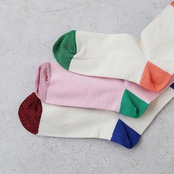 フランスの老舗靴下メーカー「SUIS MOI(スイモア)」。明るくポップな色の組み合わせがとてもキュート。履いているだけで心が弾みそう。可愛らしい女性に贈りたい靴下です。