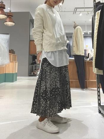 前後で長さが異なるスウェットに、お尻の隠れるチュニック丈のシャツを重ねて。春らしいスカートとも相性バッチリです。