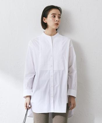 ピンタックが素敵なシャツ。バックが少し長く仕立ててあり、お尻がすっぽりと隠れる丈感が使いやすい。1枚で主役にもなる、ノーカラーシャツ。
