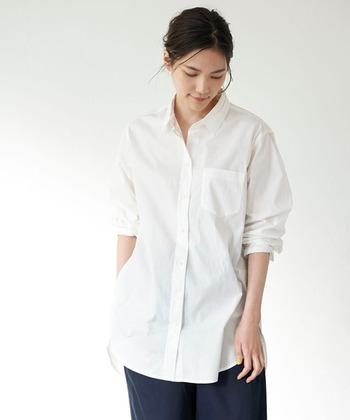 襟付きのオーソドックスな白シャツ。1枚で着ればメンズライクな雰囲気にもなるし、中にシアーなワンピースなどを重ねれば女性らしくも着こなせます。スウェットやニットと合わせるなら襟をちょっと出してポイントにしても。