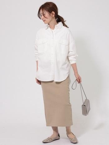 オーソドックスなシャツほどシンプルなコーデで楽しみたいところ。タイトスカートを合わせてIラインを強調すれば、大きめシャツでもスッキリとした印象に。