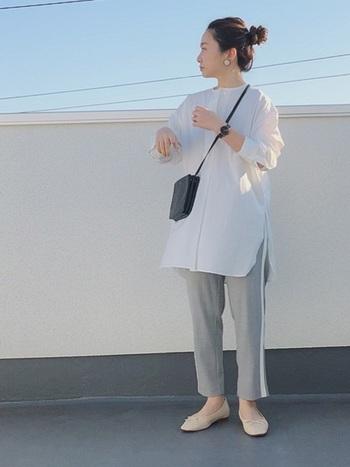 サイドスリットがさりげない、ノーカラーのロングシャツはアンクル丈のパンツがお似合い。コンパクトなショルダーバッグとバレエシューズで軽やかに。