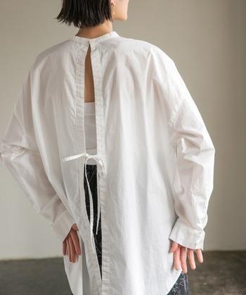 バックスタイルが割れたリボンデザインになっているシャツ。ヘルシーな印象のビックシルエットなので、インナーとレイヤードしてお洒落を何倍も楽しめそう。