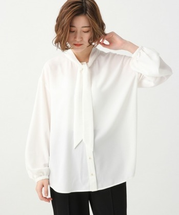 こちらのボウタイシャツは、袖に細かなギャザーがあり繊細なデザイン。クラシックと新しさが同居したコーデがお好きな方に特におすすめです。合わせ方次第でカジュアルにも着こなせます。