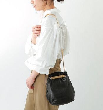 「seaside freeride」の巾着バッグは、本体にラメ加工が施され、メタルカラーのストラップは細くて華奢。この組み合わせが女性らしく魅力的ですね。内側にはコットン生地の裏地、開口部にはスナップボタンと使い勝手も抜群です。