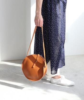 「bulle de savon」のまるバッグは、「ANNAK」とのコラボ商品です。オールレザーで、細ベルトがアクセントになったシンプルなデザイン。やや大きめなので、コンパクトに見せたいけれど収納力も欲しい…そんな方におすすめです。