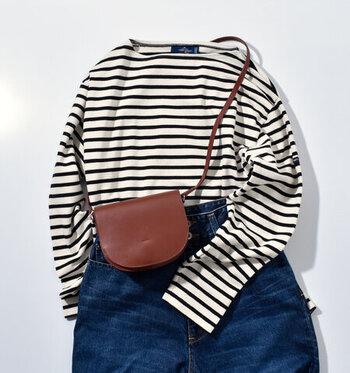 「YAHKI」のミニショルダーバッグは、流行に左右されないシンプルデザイン。ほんのり光沢のある床革が使われており、その軽さも魅力です。マチが4.5cm取られているので、二つ折り財布にスマホやハンカチなど、お出かけの必需品がコンパクトに収まります。