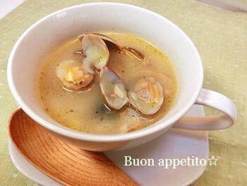 コンソメを使わなくても、あさりとにんにくのうまみが溶け合って味わい深いスープに♪