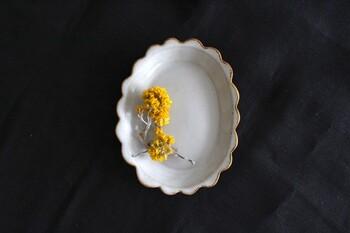 長崎県の波佐見町にある「やきもの工房京千」の陶器の中でも、1270度という高温で焼成され、しっかりと強度がある「senシリーズ」の陶器。こちらは、レトロな雰囲気が素敵な、径:約12.0~9.4cmの小さな波佐見焼のフリルプレート。
