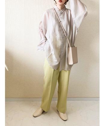 ミドル丈のシアーシャツにセンタープレスのスラックスパンツを合わせたきれいめコーデ。ライトグレーとピスタチオグリーンの組み合わせが大人っぽくも春らしい印象です。アイボリーの小物をやさしく馴染ませて。