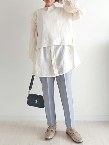 シアーシャツとニットベストの重ね着スタイル。丈感のバランスが絶妙で、透け感が軽やかな印象を与えます。スラックスとローファーも春らしいカラーをチョイスして。