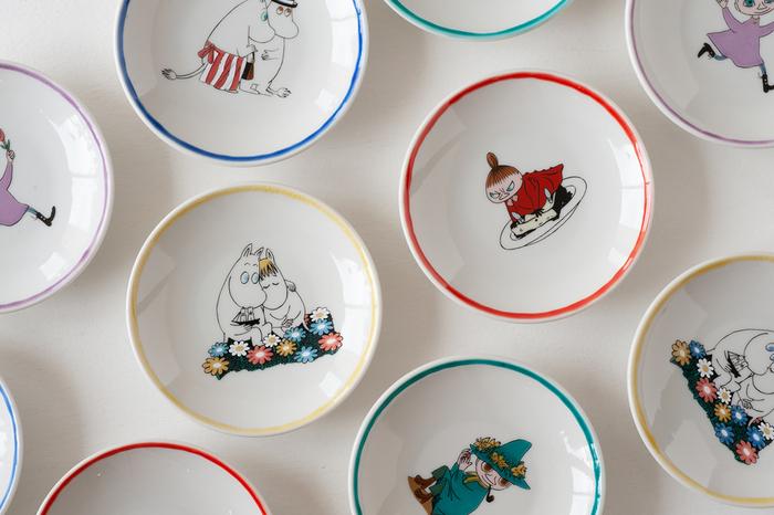 日本を代表する石川県南部の焼きもの・九谷焼と、世界中にファンのいる北欧出身の「ムーミン」がコラボした手塩皿。ムーミンに出てくる人気キャラクターたちがひとつひとつ描かれたキュートなお皿で、使うとき思わず心が躍ります。